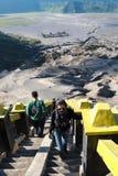 步行对布罗莫火山的游人,活跃布罗莫火山是其中一个被参观的旅游胜地 免版税图库摄影