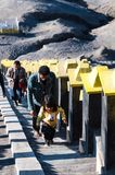 步行对布罗莫火山的游人,活跃布罗莫火山是其中一个被参观的旅游胜地 库存照片