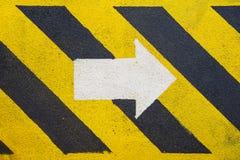 步行方式和白色箭头签字表明逃走的路线在油和煤气平台 免版税库存照片