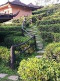 步行方式在游人的中国式房子里 免版税图库摄影