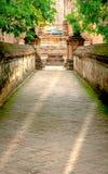 步行方式或输入对老教堂和塔有红砖墙壁的 库存图片