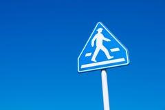 步行标志蓝天 免版税图库摄影