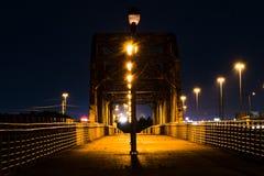 步行桥在晚上 库存照片