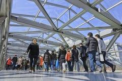 步行桥的在西单商业地区,北京,中国人们 库存图片