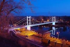 步行河上的桥乌拉尔夜 奥伦堡 免版税库存照片