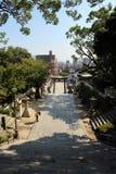 步行沿着向下台阶的人们在Hofu Tenmangu在Yamagu祀奉 免版税库存照片