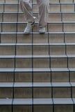步行沿着向下台阶的人 免版税图库摄影