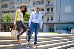 步行沿着向下台阶的企业夫妇 免版税图库摄影