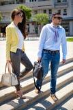 步行沿着向下台阶的企业夫妇 免版税库存照片