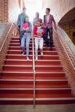 步行沿着向下台阶的大学生在学院 库存图片