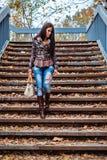 步行沿着向下台阶的女孩 免版税图库摄影