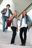 步行沿着向下台阶的学员 免版税库存照片