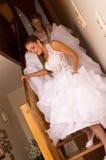 步行沿着向下台阶的新娘 库存图片