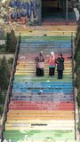 步行沿着向下台阶的3名妇女绘在彩虹颜色在伊斯坦布尔,土耳其 图库摄影