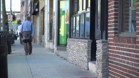 步行沿着向下早晨人行道标题的通勤者工作 股票录像
