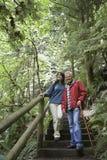 步行沿着向下森林台阶的中世纪夫妇 库存图片