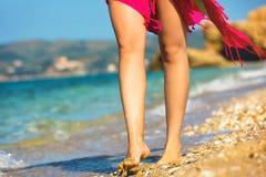 步行沿着向下海滩的女性 免版税库存图片