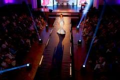 步行沿着向下狭小通道的美好的年轻模型在时装表演 时装表演在斯洛伐克, Ruzomberok,日期9月10日 免版税库存照片