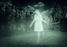 步行沿着向下老镇的妇女鬼魂 库存图片