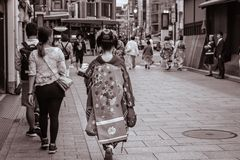 步行沿着向下街道的日本Maiko在Gion京都日本 库存照片