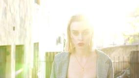 步行沿着向下街道的时髦白肤金发的妇女 股票视频