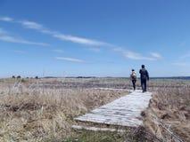 步行沿着向下足迹的两个人 免版税图库摄影