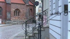 步行沿着向下从房子的台阶的妇女 影视素材