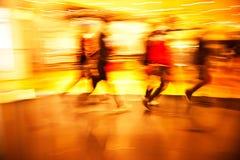 步行沿着向下购物街道的青年人 库存图片