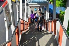 步行沿着向下BTS驻地台阶的泰国人  库存照片