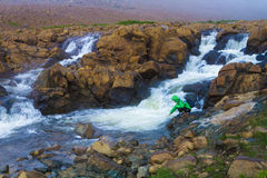 步行由美丽的小河的游人 库存图片