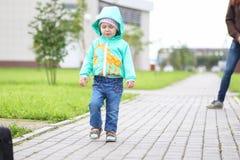 步行的一个小孩子与母亲 库存图片