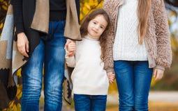 步行的三个姐妹在秋天公园 免版税库存图片