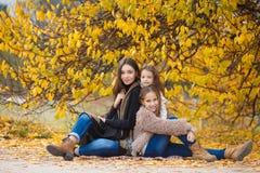 步行的三个姐妹在秋天公园 库存图片