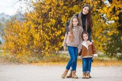 步行的三个姐妹在秋天公园 免版税图库摄影