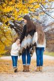 步行的三个姐妹在秋天公园 图库摄影