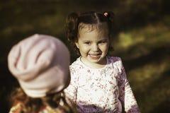 步行的两个小女孩 库存照片