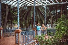 步行的两名妇女在公园 库存照片