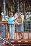 步行的两名妇女在公园 库存图片
