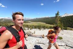 步行的人们-年轻远足者夫妇在优胜美地 免版税库存图片