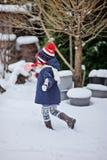 步行的儿童女孩在冬景花园用圣诞节糖果 图库摄影
