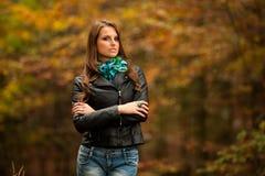 步行的博克样式相当少妇在晚秋天的森林里 图库摄影