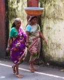 步行的印地安妇女 库存照片