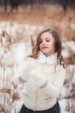 步行的可爱的儿童女孩在冬天森林里 库存图片