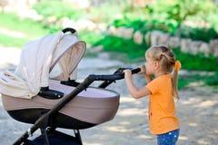 步行的女孩与新出生 免版税图库摄影