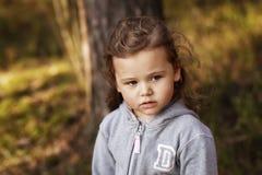 步行的女孩在森林里 免版税库存照片