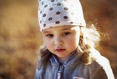 步行的女孩在森林里 库存照片