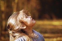 步行的女孩在森林里 库存图片