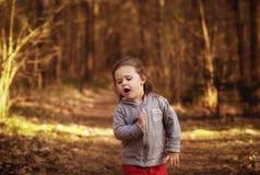 步行的女孩在森林里 图库摄影