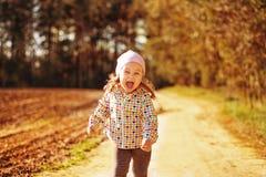 步行的女孩在森林里 免版税库存图片