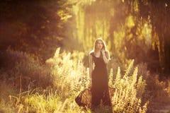 步行的女孩在森林 库存照片